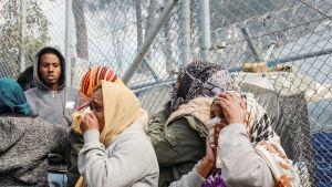 Naiset suojaavat kasvojaan Morian leirillä Lesboksella.