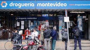 Ihmiset jonottavat apteekkiin Montevideossa.