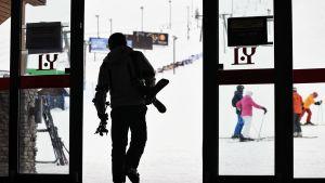 Laskettelija menossa mäkeen Ylläksen hiihtokeskuksesta  Kolarissa