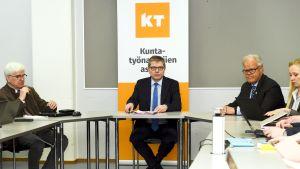 Kuntatyönantajien työmarkkinajohtaja Markku Jalonen kunta-alan työehtosopimusneuvotteluiden alkaessa Helsingissä 14. tammikuuta.