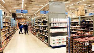 Ostoksilla kauppakeskus Jumbon K-citymarketissa Vantaalla 21. maaliskuuta.
