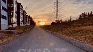 Pidä huolta liitukirjoitus kevyenliikenteen väylällä Jyväskylän Tikan kaupunginosassa.