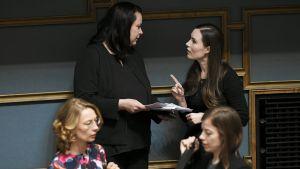 Perustuslakivaliokunnan puheenjohtaja Johanna Ojala-Niemelä ja pääministeri Sanna Marin eduskunnan täysistunnossa Helsingissä perjantaina 27. maaliskuuta