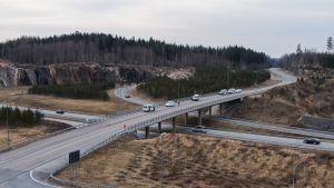Poliispartioita on runsaasti eri puolilla Etelä-Suomen moottoriteitä. Tässä poliisit partioivat Turun moottoritiellä perjantai-iltana.