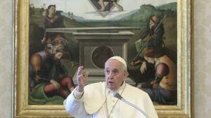 Paavi kirjastossa pitämässä rukousta.