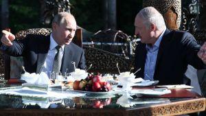 Venäjän presidentti Vladimir Putin ja Valko-Venäjää johtava Aleksandr Lukashenko ovat olleet viime aikoina törmäyskurssilla. Kuva presidenttien tapaamisesta viime kesältä.