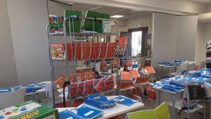 Lauttasaaren yhteiskoulun kirjoja levitettiin luokkahuoneeseen otsonipuhdistusta varten.