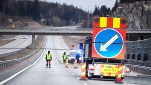 Poliisi ja varusmiehet tarkistavat kulkulupia Turun moottoritiellä Lohjalla maanantaiaamuna.