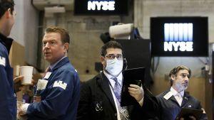 Meklareita New Yorkin pörssissä.