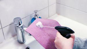 Punaiseen liinaan suihkutetaan puhdistusainetta.
