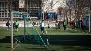 Jalkapalloilijoita Töllön Pallokentällä