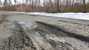 Lämmin sää pehmentää sorateiden pinnan keväisin. Ettei tien runko vaurioidu, pahimpiin kelirikkopaikkoihin asetetaan painorajoituksia raskaalle liikenteelle.