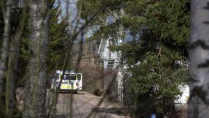 Poliisiauto jengitilan edustalla Kotkassa