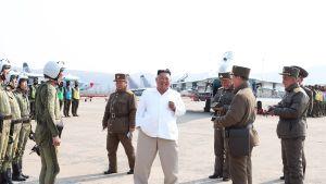 Pohjois-Korean johtaja Kim Jong-Un tutustumassa ilmavoimien rynnäkkökoneisiin ja lentäjiin.