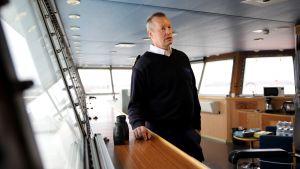 Finnsun -laivan päällikkö Juha Vähä-Kurki laivan komentosillalla