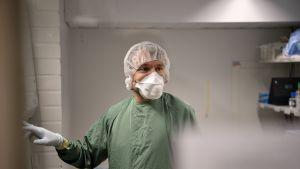 Akatemiatutkija Tomas Strandin laboratoriossa 14.4.2020