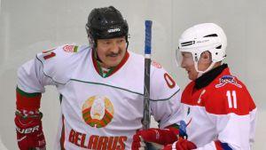 Valko-Venäjän presidentti Aleksandr Lukashenko (vas.) tunnetaan intohimostaan jääkiekkoon.