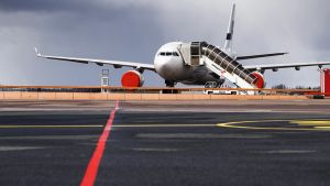 Hupuilla suojattu Finnairinmatkustajakone Helsinki-Vantaan lentokentällä.