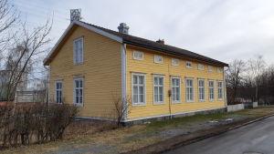 1800-luvulla rakennettu keltainen puutalo