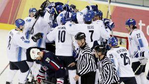 Suomi juhlii vuoden 2006 Torinon olympiakisoissa 4–3-voittoa USA:sta.