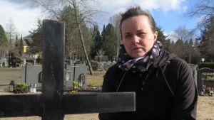 Suvi Ylipää isänsä haudalla.