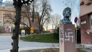 Leninin patsas Taidemuseonmäellä joutui ilkivallan kohteeksi.