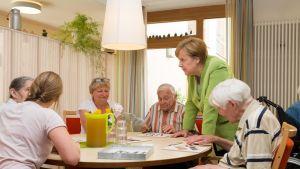 Liittokansleri Angela Merkel vieraili paderbornilaisessa vanhainkodissa kesällä 2018.
