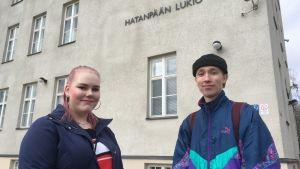 Tilda Tamminen ja Aatu Hokkanen Hatanpään lukion edustalla.