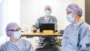 Sairaanhoitaja Mia ja lähihoitaja Leena odottavat potilaita Malmin korona-asemalla.