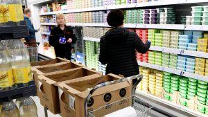 Verkkokauppaostoksia kerätään K-citymarket Eastonissa Helsingin Itäkeskuksessa 9. huhtikuuta