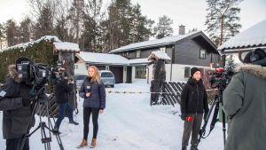 Mediaa raportoimassa miljonääri Tom Hagenin talon edustalla tammikuussa 2019.
