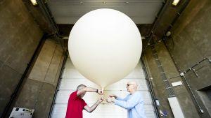 Sääpalloa valmistellaan Alankomaiden ilmatieteenlaitoksella.