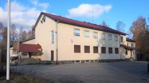 Lehtovaaran 1950-luvulla valmistunut kivikoulu Nurmeksessa on myynnissä.