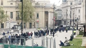 Nishkam Swat -avustusjärjestön ruokajono venyy pitkäksi. Kodittomat syrjäyttivät turistit Trafalgar Squarella.
