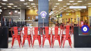 suljettu ravintola punaiset tuolit