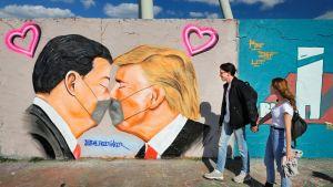 Donald Trump ja Xi Jinping suutelevat graffitissa maskit kasvoillaan