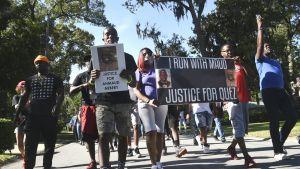Kuvassa on mielenosoittajia.