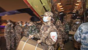 Kiinan armeijan lääkintäyksikkö saapumassa Wuhanin lentoasemalle 25 tammikuuta.