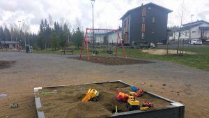 Lasten hiekkalaatikko ja leluja