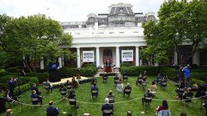 Donald Trump puhuu tiedotustilaisuudessa Valkoisen talon puutarhassa.