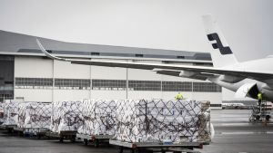 Huoltovarmuuskeskuksen tilaamia koronaviruksen leviämisen ehkäisemiseen tarkoitettuja suojavarusteita kuljettava rahtikone Helsinki-Vantaan lentokentällä Vantaalla.
