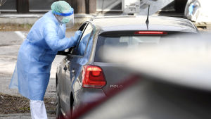 Koronaviruksen drive-in-testausasema Espoossa.