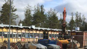 1960-luvulla valmistuneen Yritystalon purkutyömaa Liperin Ylämyllyllä toukokuussa 2020.