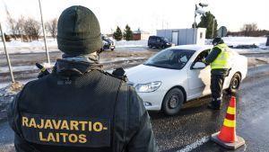 Kuvassa rajavartijat tarkistavat Ruotsista tulevaa ajoneuvoa.