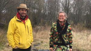 Mies ja nainen seisovat pellolla.