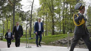 Sauli Niinistö saapumassa Pasilan studiotaloon.