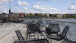 Koronaviruspandemian takia suljetun saunaravintola Löylyn terassi tyhjänä Hernesaaressa Helsingissä 14. toukokuuta.