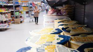 Juustoja hyllyssä Laplandia Marketissa.