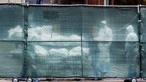 Koronavirukseen kuolleiden ruumiita sairaalan ulkopuolella Brooklynissa, New Yorkissa 20. huhtikuuta.