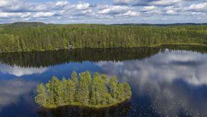 Ilmakuvassa on suomalainen järvimaisema.
